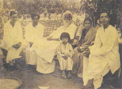 রবীন্দ্রনাথ ঠাকুর, বুদ্ধদেব বসু ও অন্যান্যদের সাথে সমর সেন (সবচে বামে বসা)