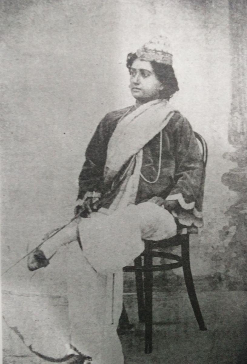 শরৎ-সরোজিনী নাটকে বিনোদিনী দাসী, সরোজিনী (পুরুষবেশী) রোলে অভিনয় করতেছেন।