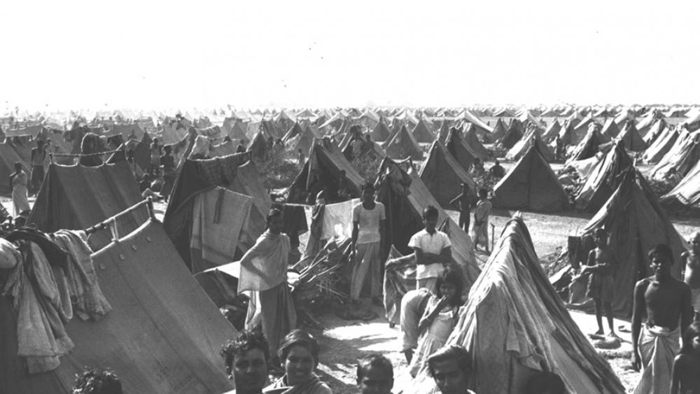 ১৯৭১ সালে ইন্ডিয়ায় বাংলাদেশিদের রিফিউজি ক্যাম্প। ছবি, গুগুল সার্চ থিকা নেয়া।